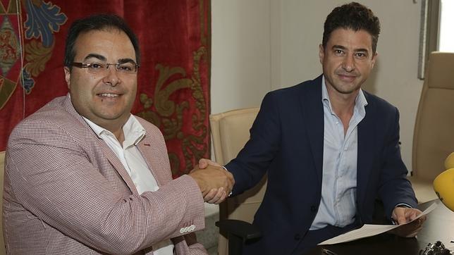El alcalde de Leganés, Santiago Llorente, y el portavoz del Grupo Municipal IU-CM, Rubén Bejarano, durante la firma