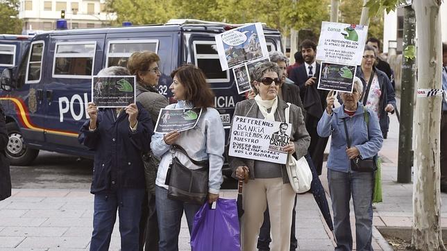 Un grupo de preferentistas protesta ante los juzgados de Plaza de Castilla