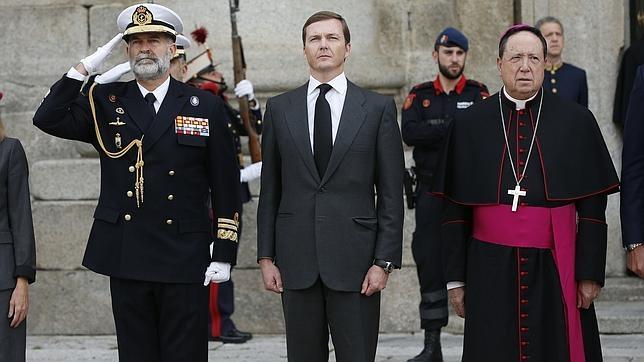 Pedro de Borbón Dos-Sicilias espera la llegada del féretro con los restos mortales de su padre