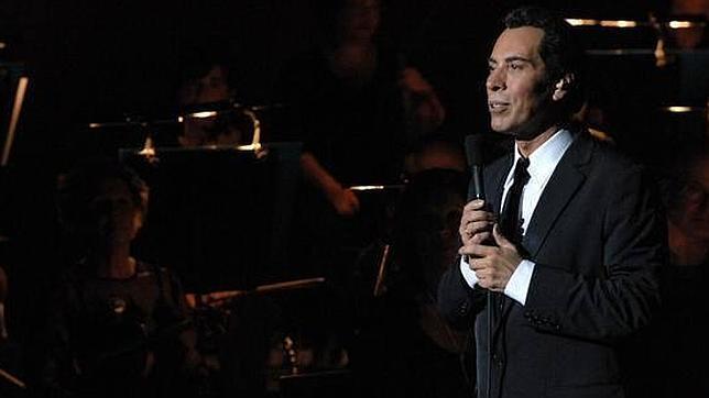 El cantante en un concierto