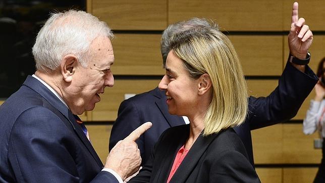 José Manuel García-Margallo y Federica Mogherini, este lunes en Luxemburgo