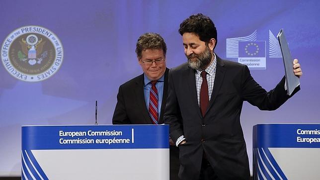 El español Ignacio García Bercero (derecha) y estadounidense Dan Mullaney son los jefes negociadores del TTIP