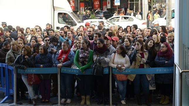 Centenares de personas aguardan la apertura de tienda Primark de Gran Vía