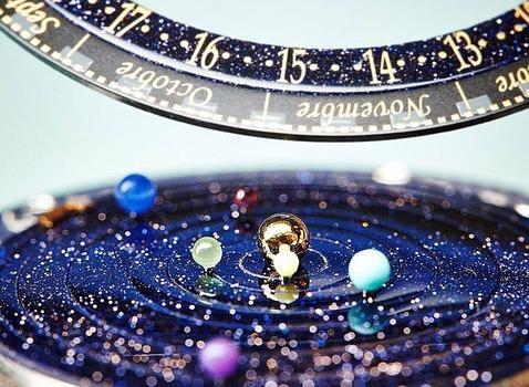 Inventan un reloj que permite tener la galaxia entera en la muñeca