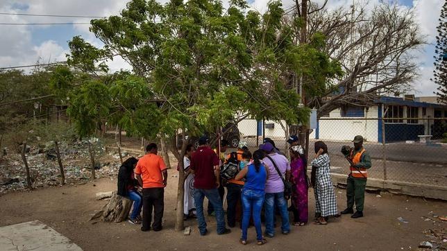 Un grupo de personas aguarda para poder cruzar la aduana entre Venezuela y Colombia