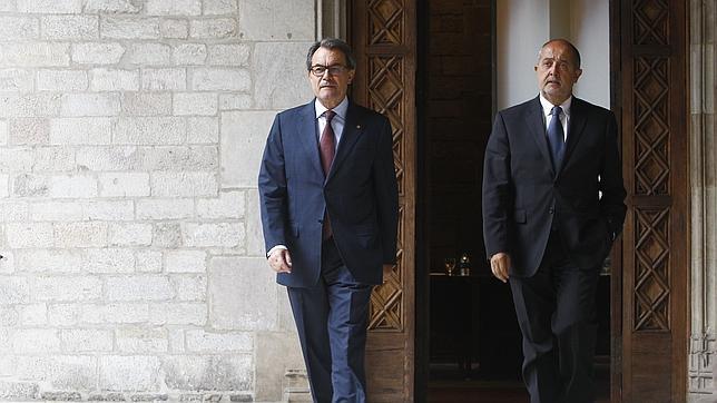 El presidente de la Generalitat en funciones, Artur Mas (i), junto al conseller de Empresa y Ocupación, Felip Puig (d)