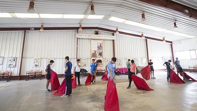 Los alumnos de la Escuela Taurina de Madrid se entrenan en el Batán