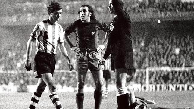 Soto Montesinos expulsa a Villar, con Asensi de testigo y Cruyff en el suelo