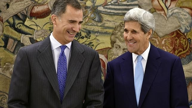 Don Felipe conversa con John Kerry
