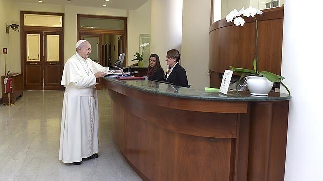 El Papa saluda a las mujeres que trabajan en la recepción de la Casa Santa Marta