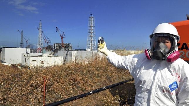 Un periodista revisa los niveles de radiación cerca de la central nuclear de Fukushima