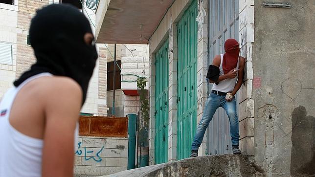 Palestinos durante enfrentamientos con agentes israelíes el lunes en Belén