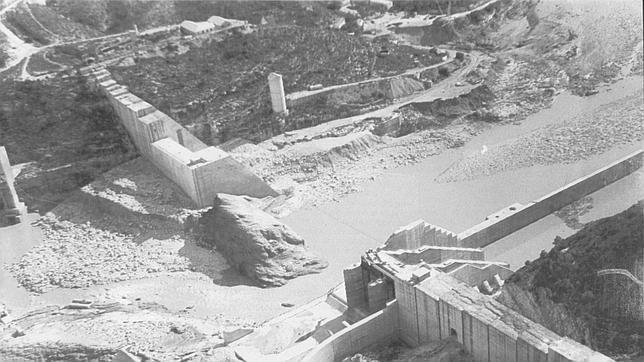Imagen de la rotura de la presa de Tous en octubre de 1982