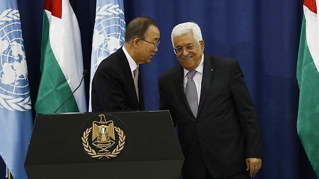 El presidente palestino, Mahmud Abás (d), y el secretario general de la ONU, Ban Ki-moon, durante una rueda de prensa tras su reunión en la ciudad cisjordana de Ramala