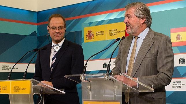 El comisario europeo de Educación, Cultura, Juventud y Deporte, Tibor Navracsics, junto al ministro de Educación, Íñigo Méndez de Vigo