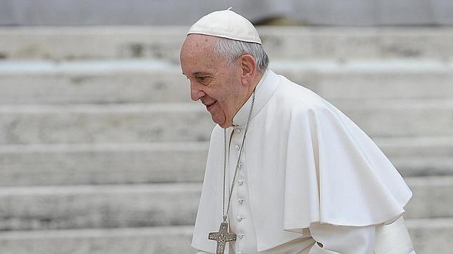 El Papa Francisco llega a la audiencia general de los miércoles en Plaza de San Pedro en el Vaticano