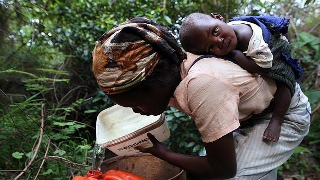 Zanele Dlamini recoge agua cerca de su pequeña casa, ubicada en Mkhulamini, 400 kilómetros al este de Mbabane (Suazilandia)