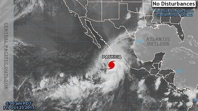 Fotografía facilitada hoy 23 de octubre de 2015 por la NOAA que muestra el huracán Patricia a su llegada a la costa de México.