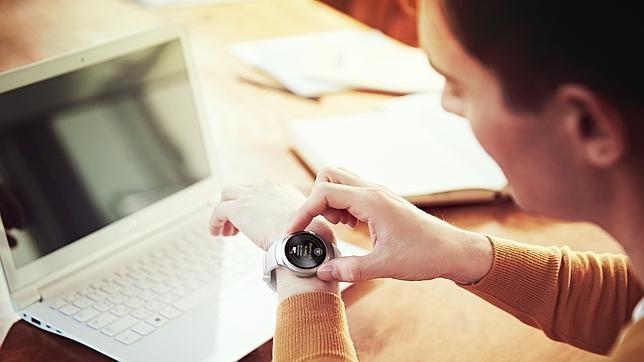Un joven consulta la nueva hora en su reloj Samsung Gear S2