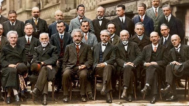 Congreso de Solvay. Heisenberg está en la fila de arriba, el tercero por la derecha