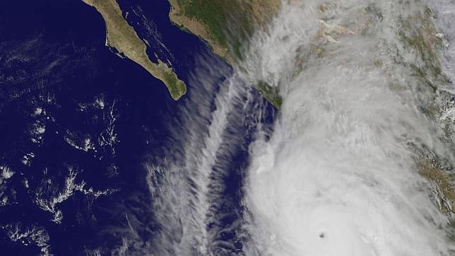Imagen satélite del huracán Patricia sobre la costa del Pacífico de México