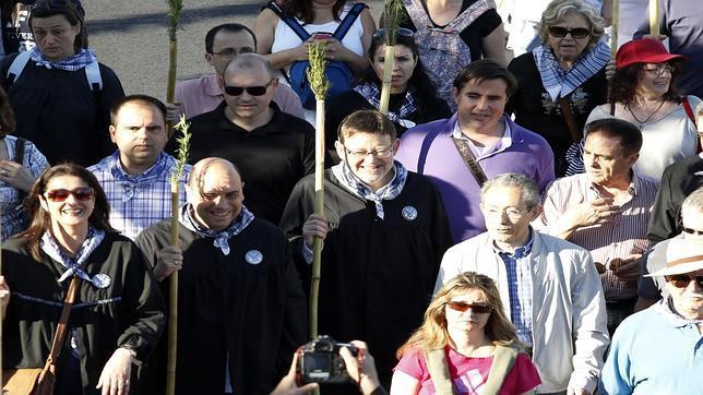 Imagen de Ximo Puig, en el centro, durante la romería a la Santa Faz de Alicante del pasado año