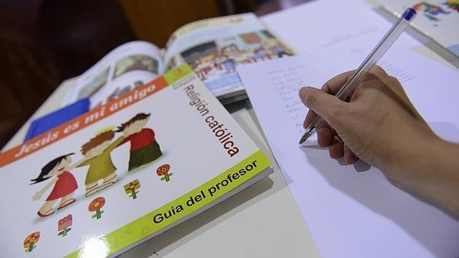 La propuesta del PSOE de sacar la asignatura de Religión de las aulas ha generado un intenso debate