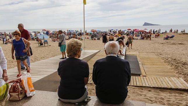 Los viajes del Imserso a destinos de la costa peninsular (en la imagen, playa de Benidorm) podrán comenzar a reservarse esta semana, al igual que los de interior