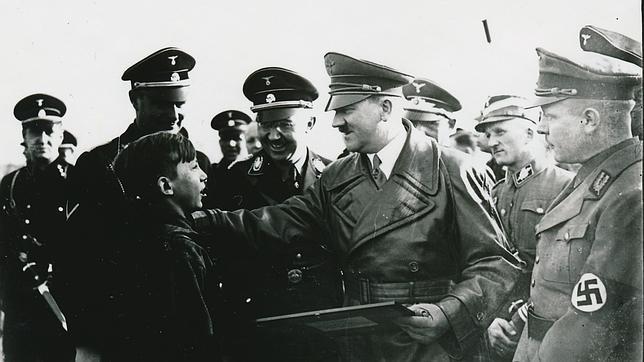 Hitler saluda a un niño en 1935