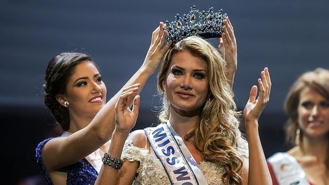 Mireia Lalaguna en el momento que es coronada como Miss World Spain 2015