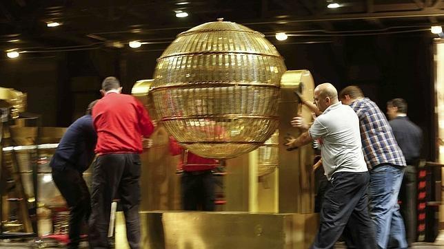 Los bombos del sorteo de Lotería de Navidad llegan al Teatro Real