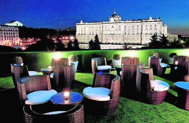 Una Terraza Solarium Con Vistas A Palacio