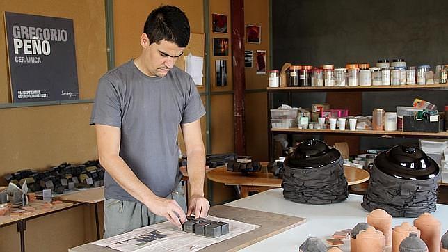 Gregorio Peño trabaja una pieza en su taller