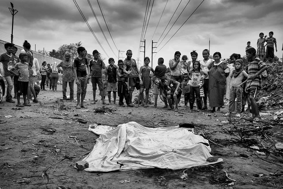 Angelyn Isabel Romero Guerra foi uma médica venezuelana de 26 anos.  Ela foi assassinada por uma gangue de criminosos tentando fazer uma transação de compra e venda de dólares.  Eles borrifaram gasolina e a queimaram viva.  Eles brutalmente a espancaram e deixaram o septo desviado.  Foi encontrado em um bairro de famílias pobres em Maracaibo, perto de um riacho onde várias famílias procuravam água limpa.  O corpo estava totalmente carbonizado.  Seus parentes tiveram que identificá-la por uma prótese dentária.