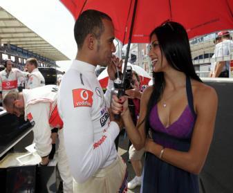 EFE | Hamilton coquetea con su novia, que le aguanta el paraguas