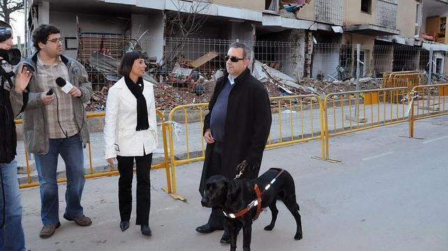Un grupo de «indignados» intenta robar el perro guía a un diputado ciego de CIU