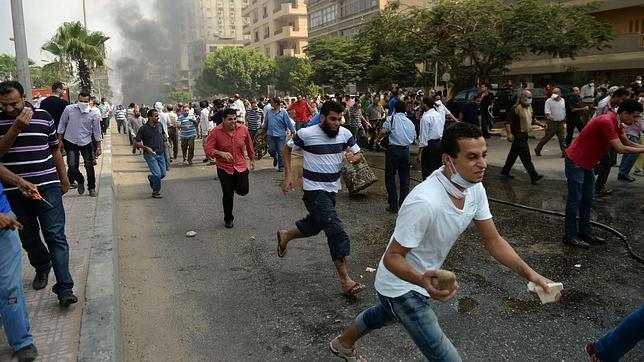 Seguidores de Mursi huyen de los ataques de las fuerzas de seguridad por las calles de El Cairo