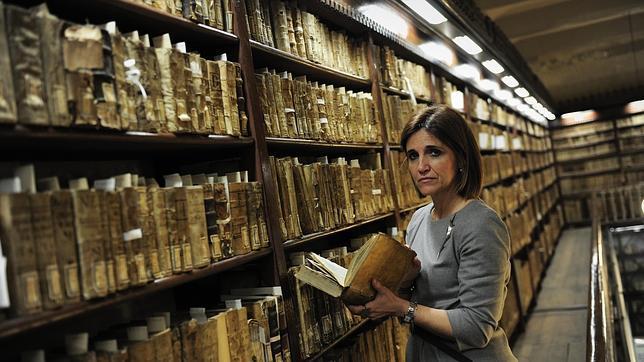 Carina Rey, en una de las salas de la biblioteca de la UB con libros antiguos