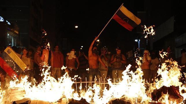 Maduro amenaza con recurrir a las armas si le intentan dar un golpe de Estado