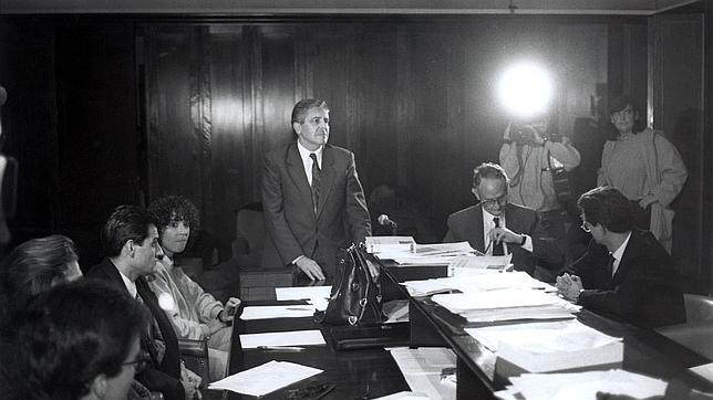 Carlos Jiménez Villarejo (de pie) y José María Mena (a su izquierda), en una reunión en la Fiscalía de Cataluña