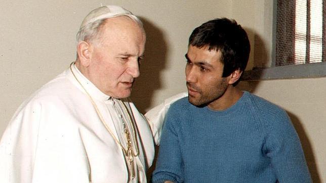 Imagen de archivo tomada en diciembrede 1983 que muestra al papa Juan Pablo II (i) visitando a Ali Agca, enla prisión de Coeli en Roma, Italia