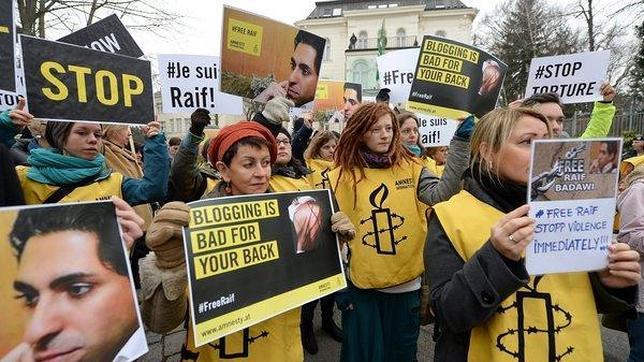 Protesta ante la embajada saudí en Viena por la pena de latigazos contra el bloguero Raif Badawi
