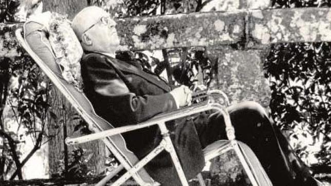 Pedrayo, descansando en su casa de Trasalba (Orense)
