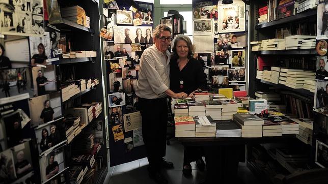 Paco Camarasa y Montse Calvé, en la librería Negra y Criminal de Barcelona, que cerrará el 3 de octubre