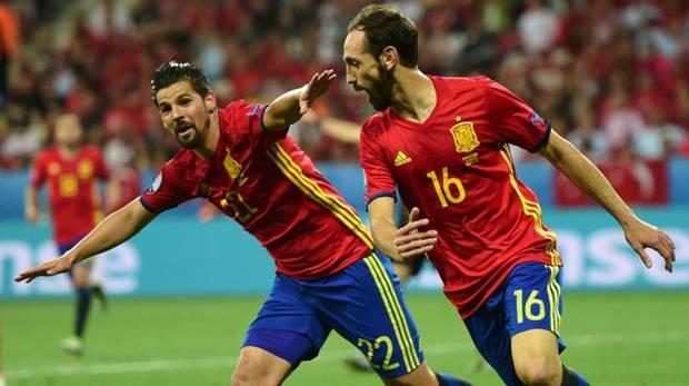 Nolito (i) y Juanfran (d) celebran uno de los goles de España ante Turquía.