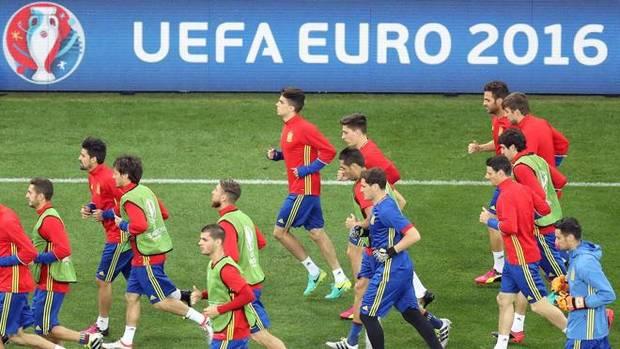 Javier Miñano, de azul, entrenando con los jugadores