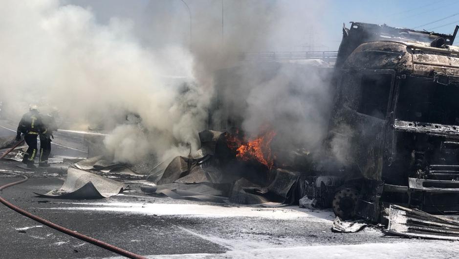 Espectacular rescate de un camionero tras incendiarse su vehículo en plena A-1