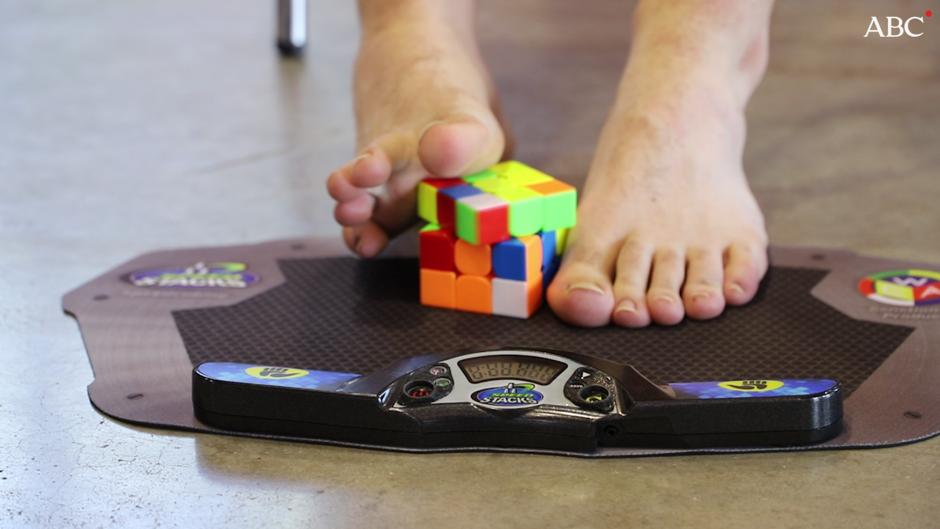 Así se hace el cubo de Rubik con los pies