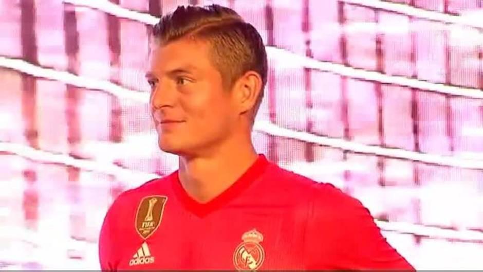 El Real Madrid presenta su tercera equipación color coral b25670569bb0d