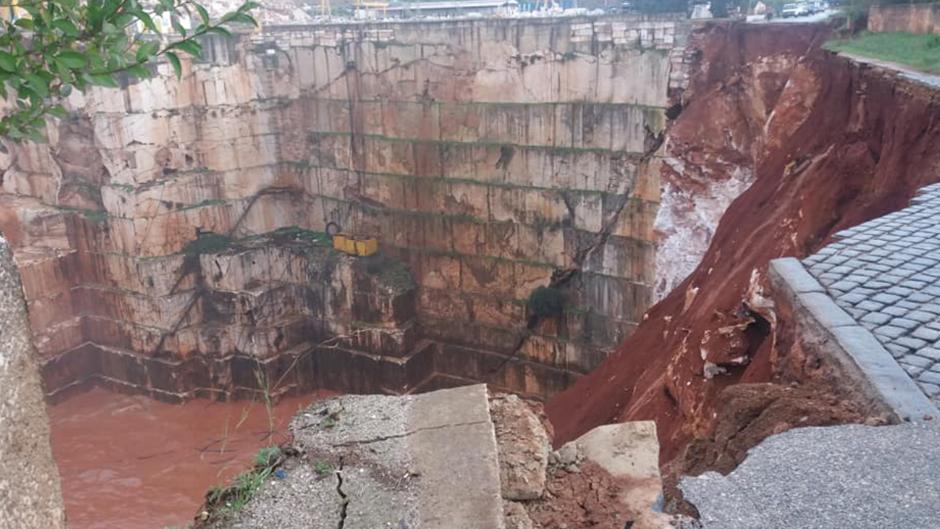 Un corrimiento de tierras provoca el desplome de varios vehículos en la zona de Évora